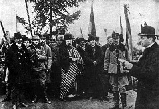 Iuliu Hossu felolvassa a gyulafehérvári román nemzetgyűlés határozatát Erdély elcsatolásáról
