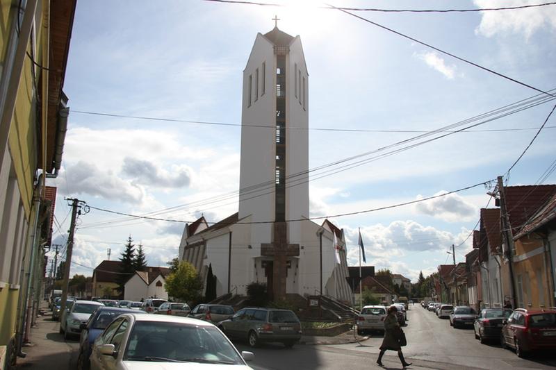 Húszéves az evangélikus templom - A Szent Korona másolatát is kiállítják (Sepsiszentgyörgy)