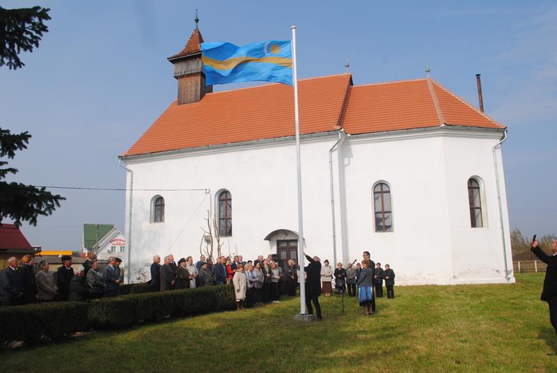 Székely zászlót avattak a templomkertben (Gyümölcstermő élet Kézdioroszfaluban)