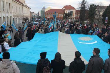 Tüntetők a prefektúra előtt. Albert Levente felvétele