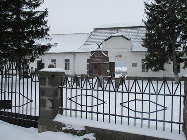 A polgármesteri hivatal és az iskola. A szerző felvételei