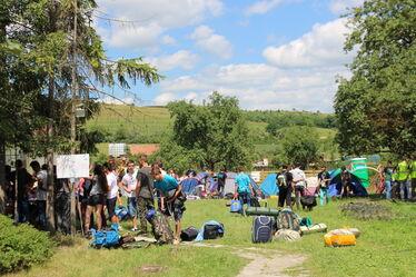 Benépesítették a fiatalok a vargyasi óvoda udvarát. A szerző felvétele