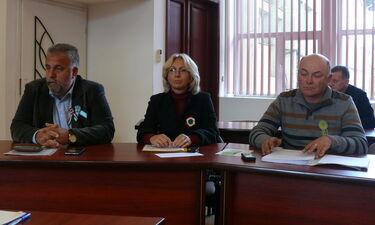 Fazakas Péter, Benedek Erika és Balázs Attila kokárdát viselt a tanácsülésen.  A szerző felvételei