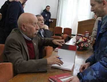 József Álmos dedikál. Albert Levente felvétele